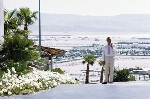 Sean Connery on location in the USA for the making of the James Bond film 'Diamonds Are Forever'.