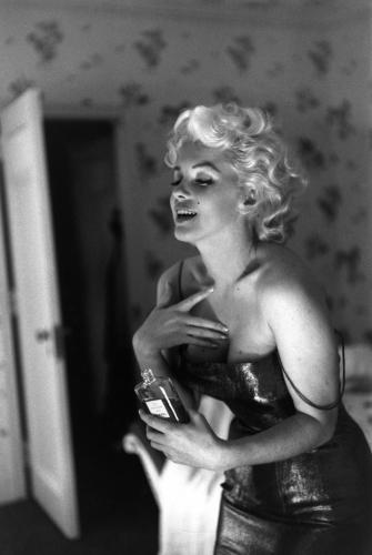 Marilyn Monroe gets ready to go and see the play 'Cat On A Hot Tin Roof'