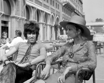 Rolling Stone Keith Richards with Anita Pallenberg, sitting outside the Excelsior Hotel, Lido, Venice.
